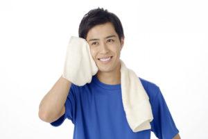 顔を拭く男性