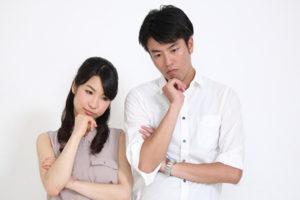 考え込む男性と女性