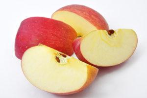 切り分けたりんごの写真