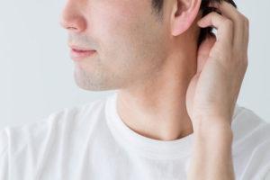 耳の裏が気になる男性