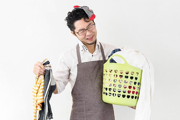 洗濯に困る男性